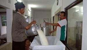 Peternak menyetor susu hasil perahan mereka di tempat pelayanan koperasi