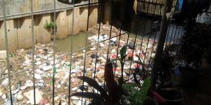 Sampah yang belum sempat terangkut di Pintu Air Cawang, Kamis (16/5/2013)