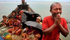 Pelarian etnik Rohingya di perahu menuju tempat pengungsian di Bangladesh. AP / Anurup Titu /