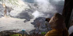 Kawah Ratu di Gunung Tangkubanparahu, Lembang, Jawa Barat.