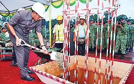 Dato Paduka Haji Mustappa menyempurnakan peletakan batu asas