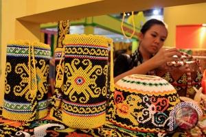 Seorang pengunjung mengamati produk pada sebuah Pameran Hasil Produk Koperasi dan UMKM se-Indonesia