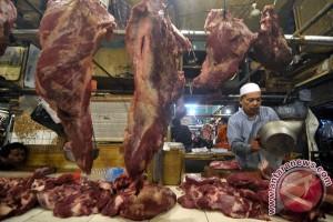 Pedagang menimbang daging sapi jualannya di Pasar Senen, Jakarta