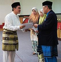 Salah seorang peserta menerima sijil kursus.