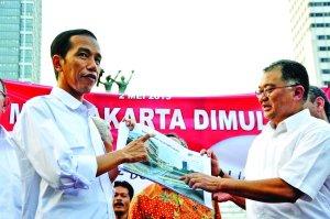 Gubernur DKI Jakarta Joko Widodo (kiri) bersama Direktur Utama PT MRT Jakarta Dono Boestami (kanan)