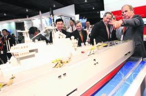 Dr Ng Eng Hen (dua dari kanan) melihat model sebuah kapal serangan amfibia jenis Mistral