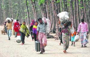 Penduduk kawasan pantai Bangladesh membawa harta benda mereka ke tempat perlindungan