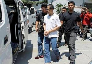 DIDAKWA: Bekas tahanan ISA, Yazid Sufaat, digiring pegawai keselamatan semasa menghadiri sesi Mahkamah Majistret Ampang dekat Kuala Lumpur