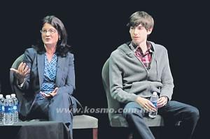 GAMBAR fail menunjukkan Karp (kanan) bersama Presiden Media Kabel Warner, Joan Gilman.- AP