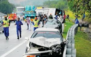 SERAMAI 20 penumpang sebuah bas ekspres panik selepas kenderaan itu terbalik