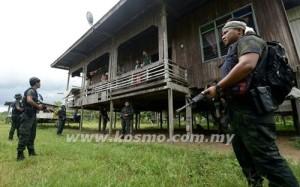 GAMBAR fail menunjukkan sekumpulan anggota tentera Malaysia bertanya khabar dengan penduduk kampung ketika membuat rondaan di Lahad Datu.