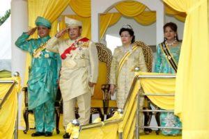 Raja Perlis, Tuanku Syed Sirajuddin Putra Jamalullail (dua, kiri) dan Raja Muda, Tuanku Syed Faizuddin Putra Jamalullail (kiri) memberikan tabik hormat pada perbarisan kehormatan