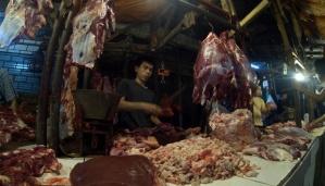 Pedagang daging sapi berjualan di Pasar Kramat Jati, Jakarta