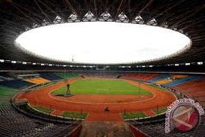 Sejumlah pekerja merawat lapangan Stadion Utama Gelora Bung Karno, Senayan, Jakarta