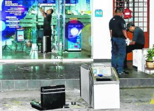 PUTIH MATA: Inilah mesin tunai automatik (ATM) yang ditinggalkan lima penjenayah kerana ia terlalu berat untuk diangkat ke atas lori. - Foto HARIAN METRO