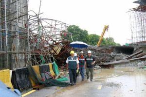 Pengarah Jabatan Keselamatan, Kesihatan dan Pekerjaan Malaysia (DOSH) Pulau Pinang, Mohd Anuar Embi membuat tinjauan ke tapak runtuhan