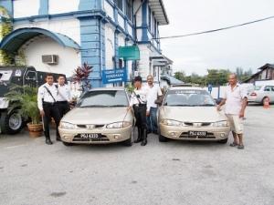 Anggota trafik membawa kenderaan curi (kiri) ke balai polis untuk siasatan lanjut.