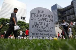 Sebuah batu nisan palsu tertera perkataan 'RIP Freedom of Speech' turut ditempatkan di lokasi bantahan