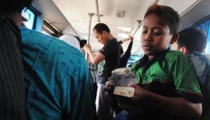 Dimas Ramadhan (11) bekerja sebagai kondektur Bus Kopaja di kawasan Kalibata-Kramatjati, Jakarta