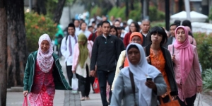 Pegawai Negeri Sipil (PNS) di lingkungan Pemprov DKI Jakarta berjalan menuju bus jemputan