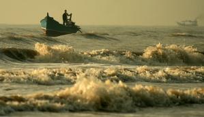 Nelayan melaut pada saat cuaca buruk.