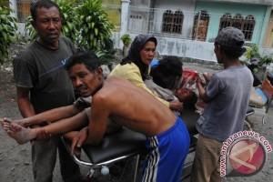 Gempa Bumi Aceh Seorang korban mendapat perawatan menyusul gempa bumi