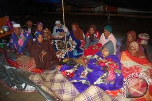 Sejumlah warga korban gempa berada ditempat pengungsian sementara di Desa Blang Mancom, Kecamatan Ketol, Aceh Tengah, Provinsi Aceh.