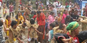 Ratusan warga Dawung Banjarnegoro Mertoyudan Kabupaten Magelang menggelar tradisi Perang Air menyambut bulan Ramadhan,
