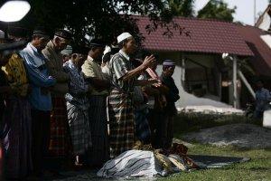 Warga menshalatkan jenazah seorang anak yang meninggal karena tertimpa reruntuhan mesjid