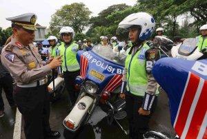 Kepala Korlantas Polri Irjen Pudji Hartanto (kiri) memeriksa kondisi mobil patroli pada apel kesiapan kendaraan bermotor