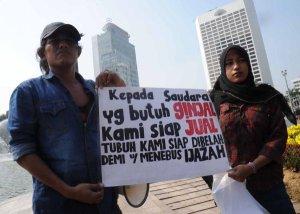 Warga Kamal, Jakarta Barat, Sugiyanto (kiri), bersama anaknya, Sarah,