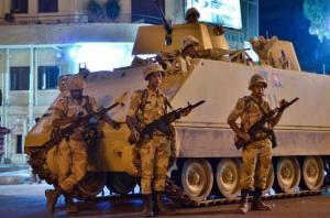 Anggota pasukan Tentera Mesir meronda jalan di luar Universiti Kahirah