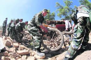 Anggota polis separa tentera membantu mangsa mengalihkan barangan daripada rumah mereka