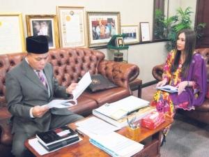 Anna Lim (kanan) ketika mengadakan pertemuan bersama Che Mat, kelmarin