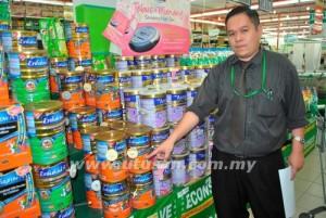AW Wee Siang menunjukkan jenama susu tepung yang dicuri