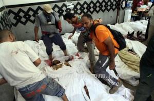 Seorang lelaki Mesir memeriksa kad pengenalan anggota Ikhwanul Muslimin yang mati ditembak oleh tentera