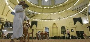 Seorang lelaki membaca al-Quran di masjid Al-Rajhi, timur Riyadh