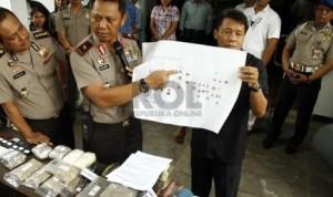 Wakapolda Metro Jaya Brigjen Sudjarno (tengah) menunjukan skema jaringan narkoba di Polda Metro Jaya, Jakarta Pusat