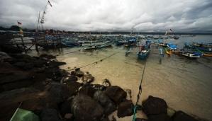 Beberapa perahu nelayan yang bersandar akibat cuaca buruk di kawasan Pantai Pangandaran, Jawa Barat
