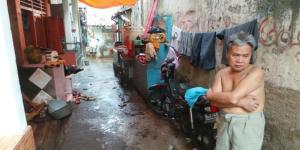 Komarudin (55) tak bisa berbuat apa-apa saat banjir melanda permukimannya di Kampung Pulo, Jatinegara, Jakarta Timur, Kamis