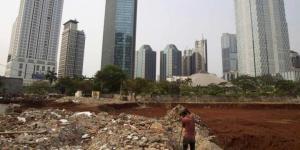 Pemulung mencari besi sisa bangunan yang sudah dirobohkan di Kelurahan Senayan, Kebayoran Baru, Jakarta Selatan