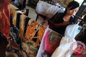 Seorang perajin menyelesaikan pembuatan kain corak Bali, di kawasan Sukawati, Bali