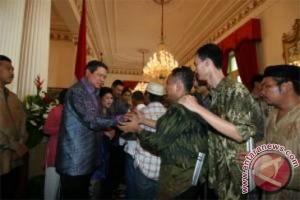 Situasi saat warga menyalami Presiden Susilo Yudhoyono dan Ibu Negara, Kristiani Yudhoyono, dalam simakrama (open house) Lebaran, di Istana Negara, Jakarta Pusat.