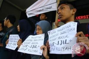 Lima mahasiswa yang berniat untuk menjual ginjal melakukan aksi di depan kantor Rektorat, Universitas Brawijaya, Malang, Jawa Timur, Selasa