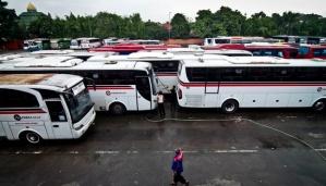 Sejumlah bus antar kota antar provinsi (AKAP) menunggu penumpang di Terminal Lebak Bulus, Jakarta