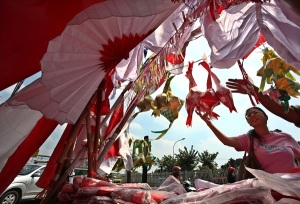 PENJUAL BENDERA-Pembeli memilih aksesoris dan bendera merah putih di kawasan Pasar Jatinegara, Jakarta Timur,