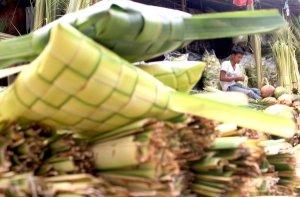 Warga memilih anyaman daun kelapa (janur) sebelum dibeli dan dijadikan kulit kantong ketupat,