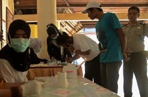 TES NARKOBA-Sejumlah sopir bus menjalani tes urine di Terminal Regional Daya Makassar