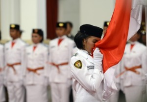 Gusti Elvira Ramadhanti mencium Merah Putih dalam Pengkuhan Paskibraka di Istana Negara, Kamis (16/8).