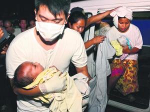 Seorang pegawai perubatan mengendung bayi berusia tiga bulan, Trisia Mae Kumaro, yang telah diselamatkan